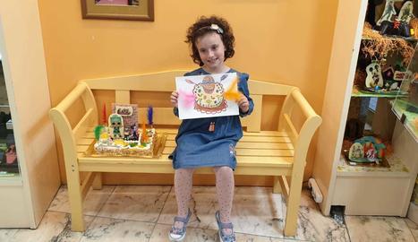 La Gal·la Sorolla, amb el dibuix que va presentar al concurs i la mona amb la figura de les nines LOL.
