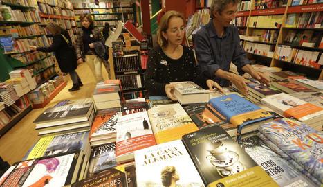Alguna llibreria, com la Caselles, a la imatge, va obrir al públic ahir a la tarda per als compradors de llibres més impacients.