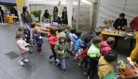 Diada per a totes les edats - Els grups d'escolars també van sortir a passejar al matí per les parades de llibres per celebrar la festa de Sant Jordi.