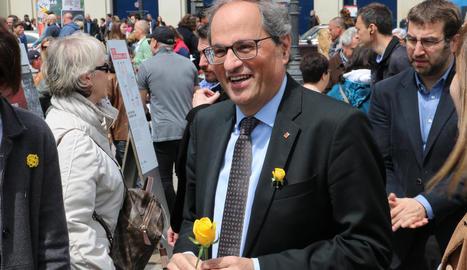 El president de la Generalitat, Quim Torra, va recordar els presos amb roses grogues.