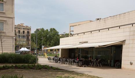 La terrassa de la cafeteria del Museu de Lleida, en ple funcionament el dia de Sant Jordi.