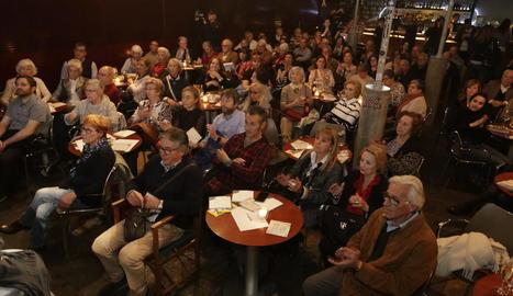Els assistents durant l'homenatge al Cafè del Teatre