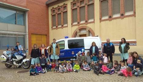 Fotografia de grup d'una de les visites programades a l'activitat 'La Guàrdia Urbana ens visita'.
