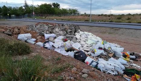 Denuncien abocament d'escombraries als Magraners