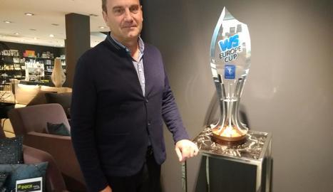 El president del Lleida Llista, Enric Duch, al costat de la copa que s'entregarà diumenge al campió.