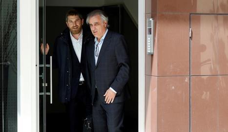 D'esquerra a dreta, els advocats Andrés Maluenda i Pau Molins sortint ahir de la casa de Rosell.