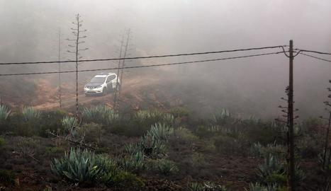 Un dels vehicles que van participar en la recerca sota la boira.