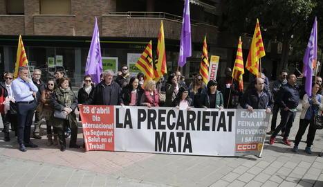 Membres de CCOO concentrats ahir al costat de la seu del sindicat a Lleida.