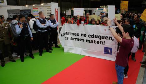 Protesta por la presencia del Ejército en la Fira FP de Lleida