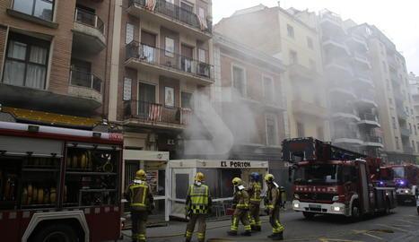 El foc ha cremat la campana extractora de la cuina del restaurant situat al número 53 del carrer Sant Martí de Lleida.