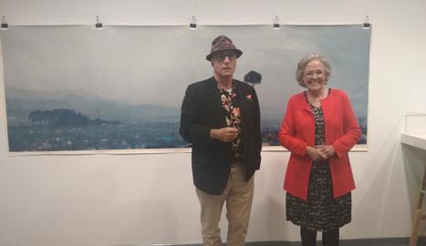 Vicenç Altaió i Teresa Vall Palou, durant la inauguració de les exposicions.