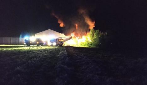 Els bombers treballen en l'incendi del restaurant.