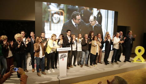 Els candidats de JxCat per Lleida, al costat d'una fotografia del cap de llista Jordi Turull, a la presó, i la seua esposa, Blanca Bragulat.