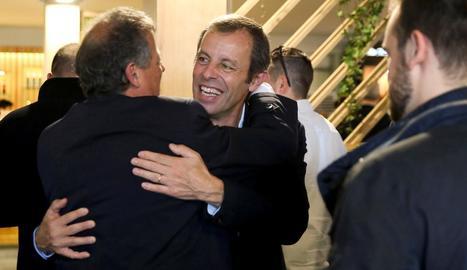 Sandro Rosell saluda un conegut a l'arribar ahir al Village del Trofeu Comte de Godó.