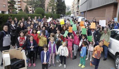 Les Ampes reclamen continuar gestionant els menjadors escolars - La Plataforma Menjadors Escolars i Marea Groga van organitzar ahir una concentració davant de la seu dels serveis territorials d'Educació per reclamar que es firmi d'una vegada  ...
