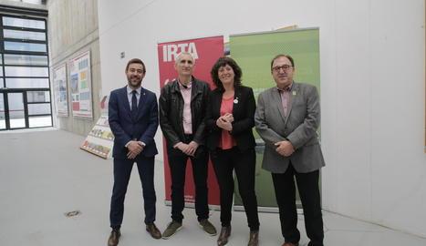 La consellera Jordà, amb Ferran de Noguera, Josep Usall i Carmel Mòdol, ahir al Fruitcentre.