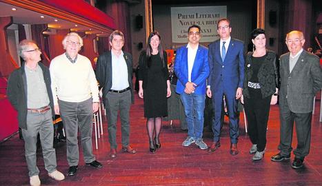 La guanyadora del premi, al centre, amb representants del jurat, el consistori i l'editorial.