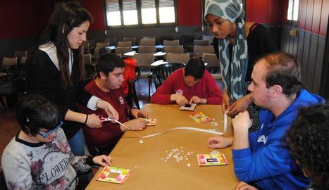 Els alumnes, duent a terme activitats amb diversos usuaris d'Acudam.