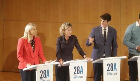 Els sis candidats, escoltant les indicacions del moderador, Santi Roig.