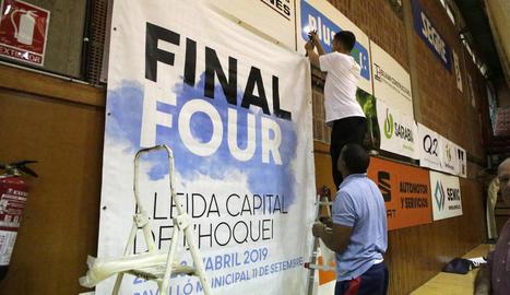 Francesc Linares, Albert Folguera, Franco Vanzo i Alessandro Bertolucci, ahir amb la copa que es disputen des d'avui.