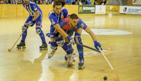 Roberto di Benedetto, lluitant amb Ballart, va estar molt actiu durant tot el partit i només li va faltar el gol.