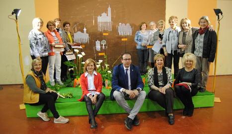 Sòcies de L'Albada, amb l'alcalde de Mollerussa.