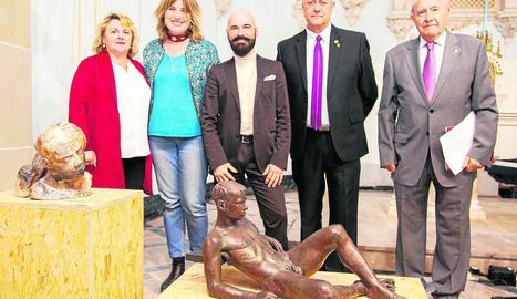 L'artista Jorge Egea (al centre), ahir al costat de les autoritats, amb la seua escultura en primer pla.