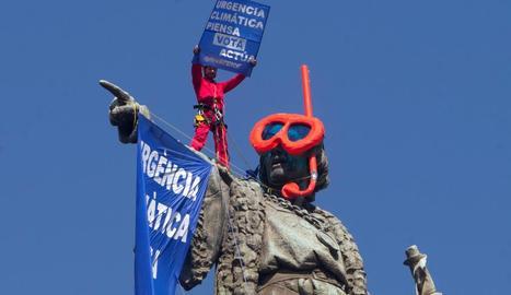 L'estàtua de Colom de Barcelona amb les ulleres de bussejador que els activistes li han posat.