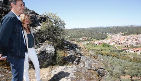 Pedro Sánchez, ahir amb la seua esposa a Anchuras (Ciudad Real), el poble natal del seu pare.
