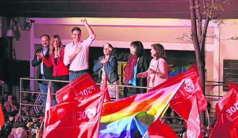 Sánchez saluda els simpatitzants socialistes als exteriors de la seu del PSOE al carrer Ferraz de Madrid, ahir a la nit.