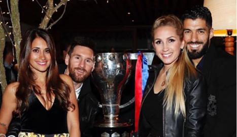 Leo Messi i Luis Suárez, amb les respectives esposes, Antonella Roccuzzo i Sofia Balbi.