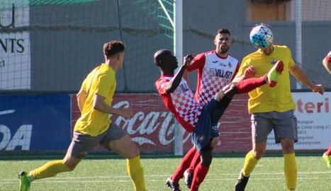 Samba lluita pel control de la pilota davant de la mirada del seu company d'equip Egea.