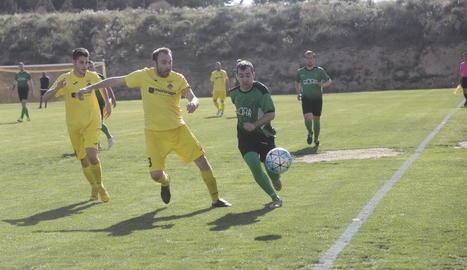 Un jugador del Cervera avança amb la pilota davant de la pressió del capità de l'Alcoletge.