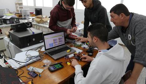 Els alumnes de FP del col·legi de Mequinensa creant el seu robot.