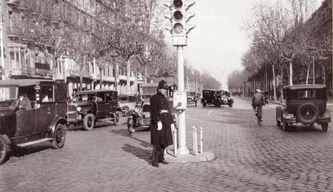 Un dels primers semàfors per regular el trànsit, a Barcelona.