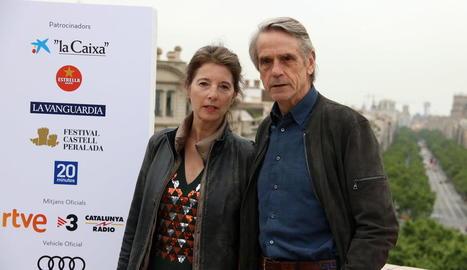 L'actor Jeremy Irons, al costat de Parisi, la directora del documental.