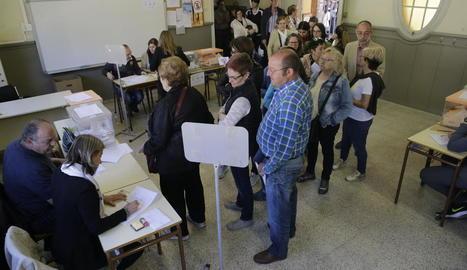 Cues per votar diumenge passat al col·legi Camps Elisis de Cappont.