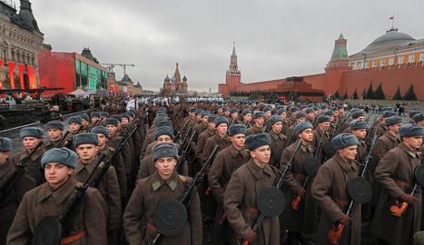 Marxa a Moscou de l'Exèrcit rus per la Revolució d'octubre.