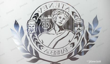 El logo de la Societat Ateneu imprès a l'entrada del seu local social | Jaume Solé