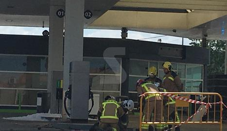 Bombers, al punt de la gasolinera de Fonolleres on s'ha produït la deflagració.