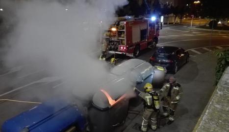 Bombers sufocant ahir un dels incendis al carrer Acadèmia.
