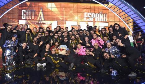 Els components de La Murga Zeta Zetas celebren el seu triomf a l'escenari.