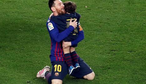 Messi, amb un dels seus fills, dissabte passat celebrant el títol de Lliga a la gespa del Camp Nou.