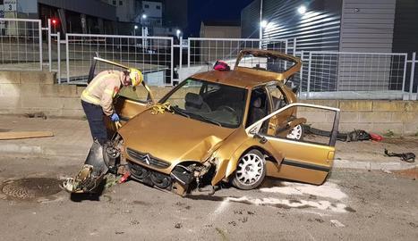 Els Bombers van haver de rescatar el conductor, que es va quedar atrapat - L'accident va mobilitzar dos dotacions dels Bombers de la Generalitat per excarcerar el conductor del turisme, que es va quedar atrapat després de l'impacte. Després d ...