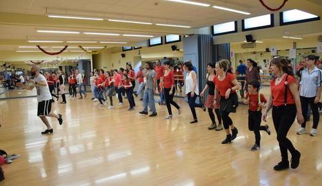 Desenes de persones van participar en els actes commemoratius del Dia de la Dansa.