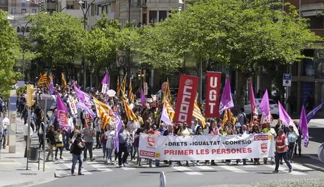 La manifestació, que aquest any va canviar el recorregut pels carrers del centre de la capital del Segrià, va congregar unes 400 persones.