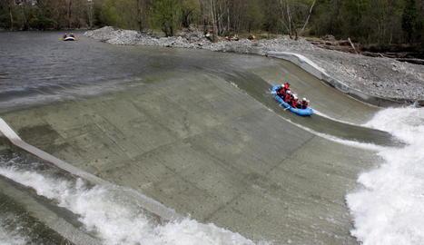 Una barca baixa per la nova presa de l'Hostalet.
