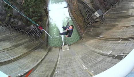 Els preparatius per saltar des de dalt de la presa de la Llosa en aquesta modalitat anomenada 'bungee' i un client a l'efectuar el salt.