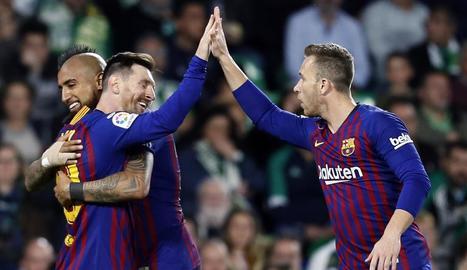 Messi rep la felicitació d'Arturo Vidal i de Jordi Alba durant el partit de dimecres.