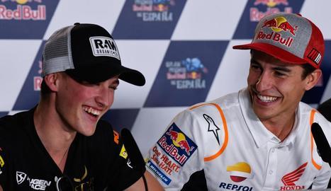 Marc Màrquez fa broma amb el pilot valencià Jaume Masià, líder del Mundial de Moto3.